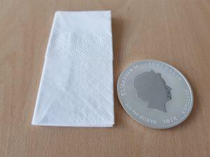 Größenvergleich: Taschentuch und Silbermünze Lunar II 2oz